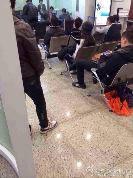 图说:网友微博称汤唯去银行办理业务。图片来源:微博
