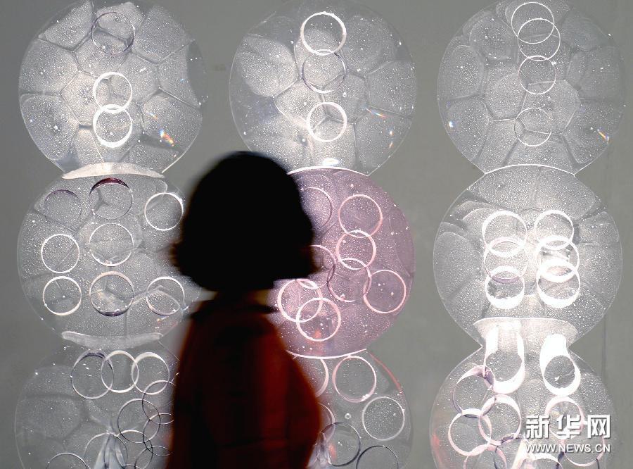 (2)1月13日,在杭州中国美术学院美术馆,参观者欣赏一件名为《透气》的玻璃艺术作品。