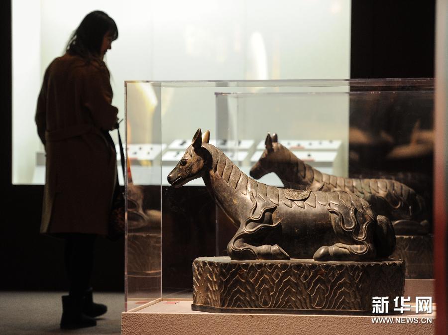 (2)1月23日,观众在首都博物馆欣赏铜卧马。