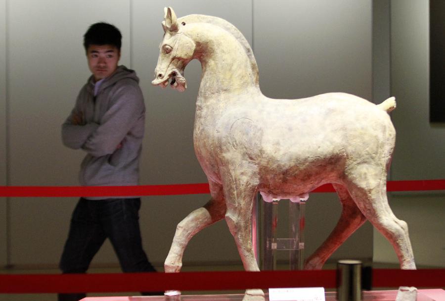 (4)1月22日,参观者在南京博物院特展馆欣赏东汉年间的陶马。