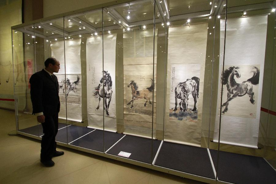 (2)1月22日,参观者在南京博物院特展馆欣赏徐悲鸿的5幅《奔马图》。