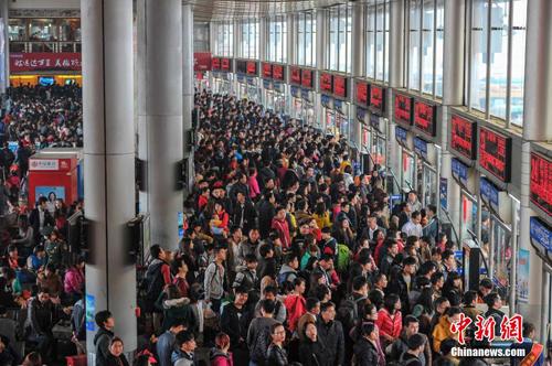 أعداد رحلات السكك الحديدية في الصين تصل إلى ذروتها يوم الثلاثاء