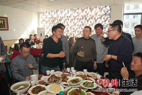 敬酒是中国重要的礼节之一,于其他地方不一样的是,内蒙地区喝酒敬酒的量比较大。