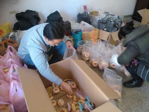 出发前,林场志愿者整理、包扎捐赠物资