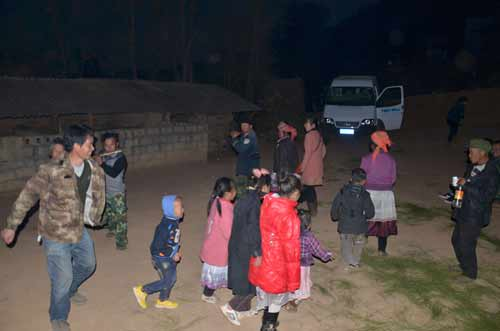 夜色下,志愿者和村民挑起团结友爱的苗家舞