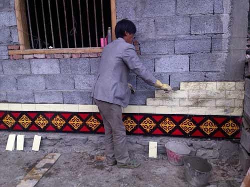 工匠正在认真仔细安装地脚砖