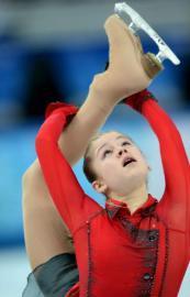 一身红衣的茱莉亚·利普尼茨卡娅