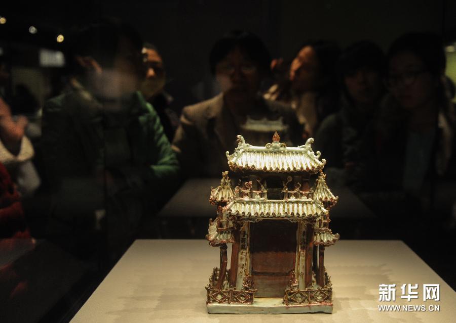 (3)2月24日,观众在首都博物馆观看展览。