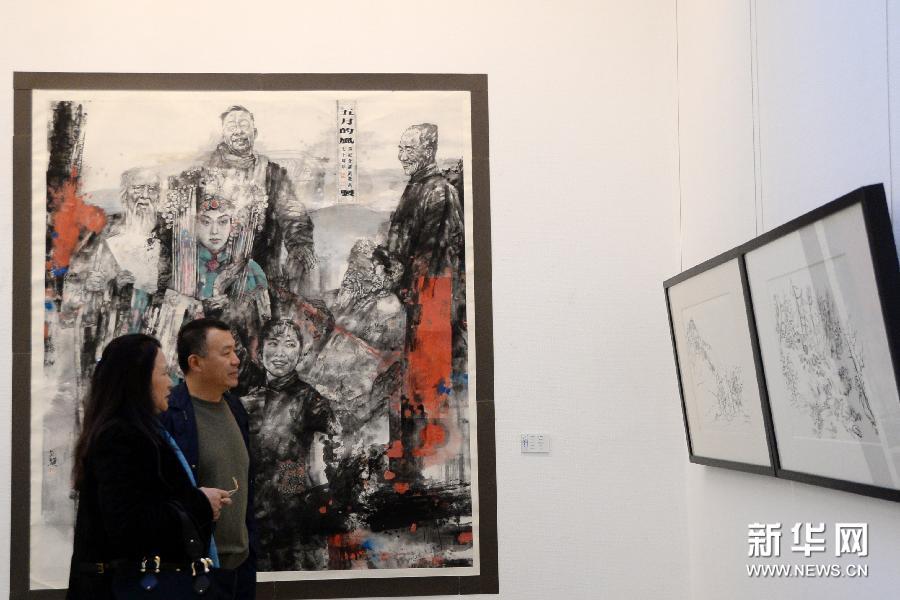 (2)3月6日,观众在欣赏长白山画派油画作品。