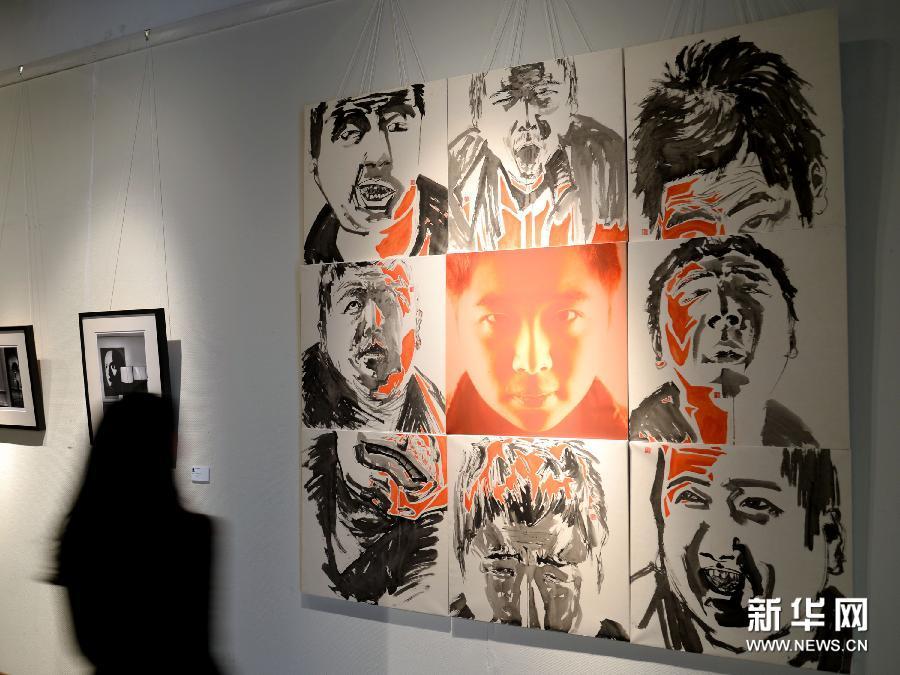 (1)3月10日,参观者在欣赏国画作品《光芒之神》。