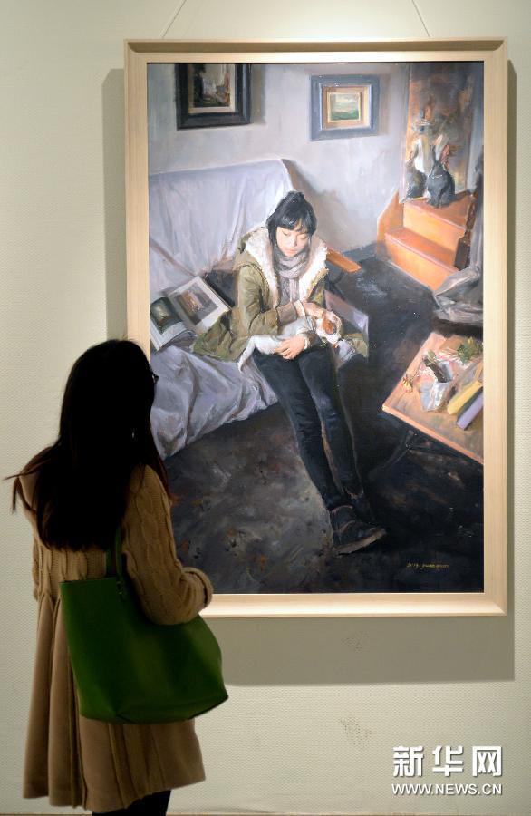 (5)3月10日,参观者在欣赏油画作品《距离》。