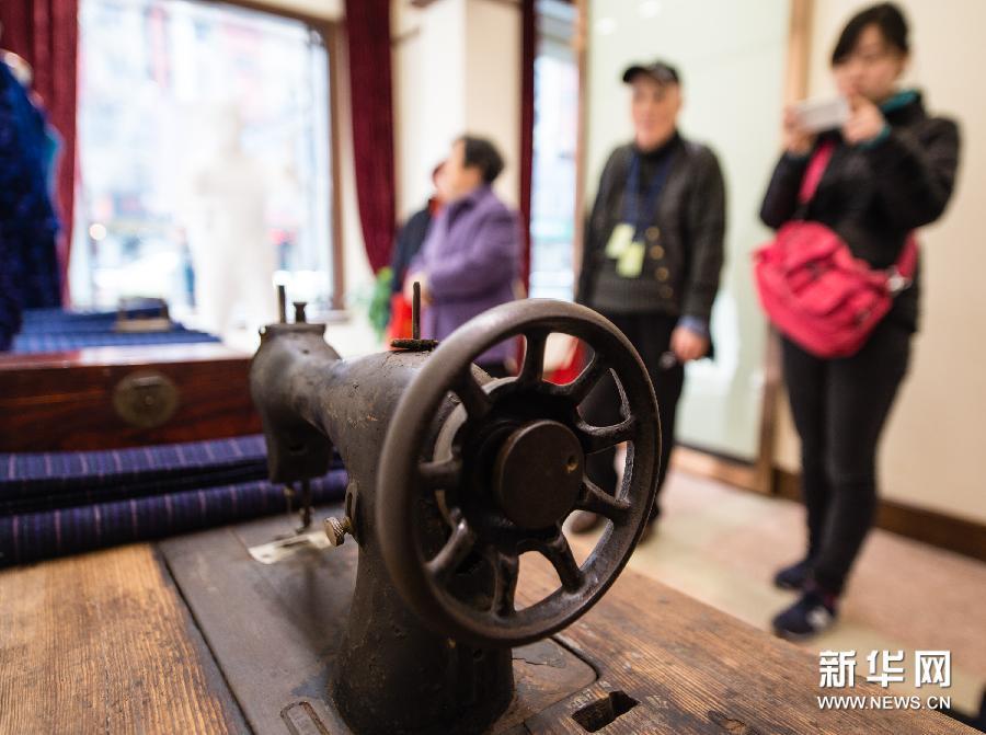 (2)这是民国时期的老式进口缝纫机(3月11日摄)。