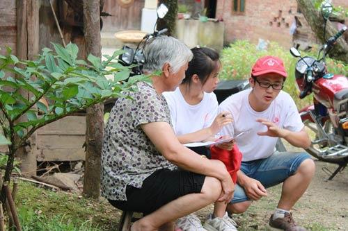 给村民耐心讲解,从思想上分析和引导科技支农。