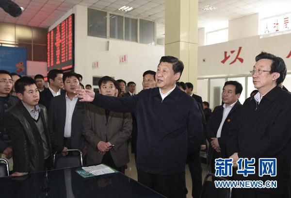 3月17日,习近平在视察县为民服务中心办事大厅时同现场群众和工作人员交流。新华社记者 李学仁 摄