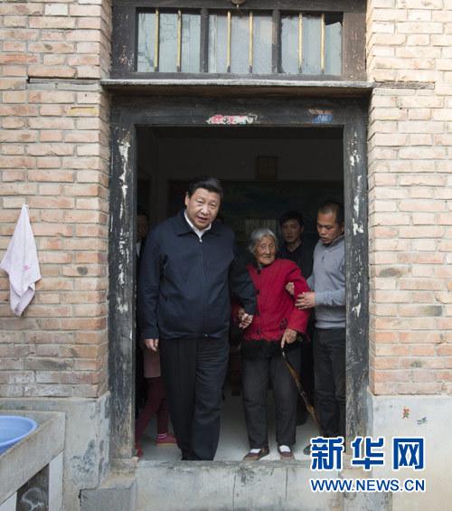 3月17日,习近平在东坝头乡张庄村看望85岁老人张景枝。新华社记者 李学仁 摄
