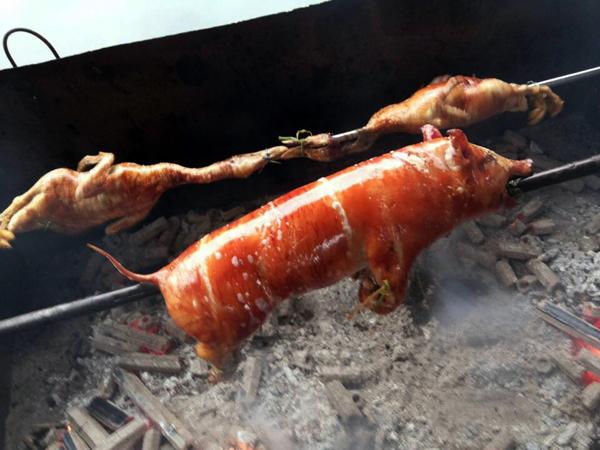 图二、侬垌节烤上一条金灿灿的脆皮烤全乳猪是这里一大特色  方靖文/摄影