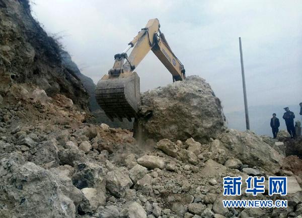 4月5日,云南省昭通市永善县去往震中地区的一条公路被地震中震落的图片