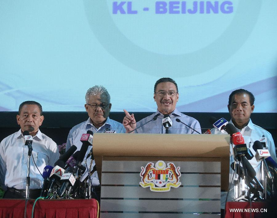 Malaysian acting Minister of Transport Hishammuddin Hussein (2nd R) attends a press conference in Kuala Lumpur, Malaysia, April 5, 2014. Hishammuddin said here Saturday in a press conference that the Malaysian government had established three ministerial committees to streamline and strengthen their work on the missing plane incident. (Xinhua/Wang Shen)