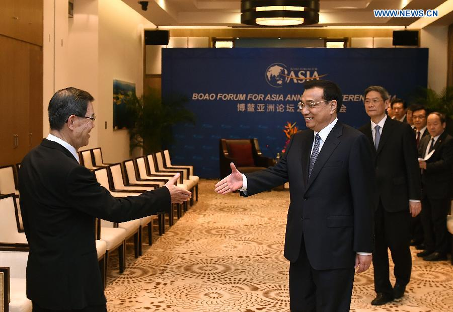 Chinese Premier Li Keqiang (front R) meets with Vincent Siew (L), honorary chairman of Taiwan-based Cross-Straits Common Market Foundation, in Boao, south China