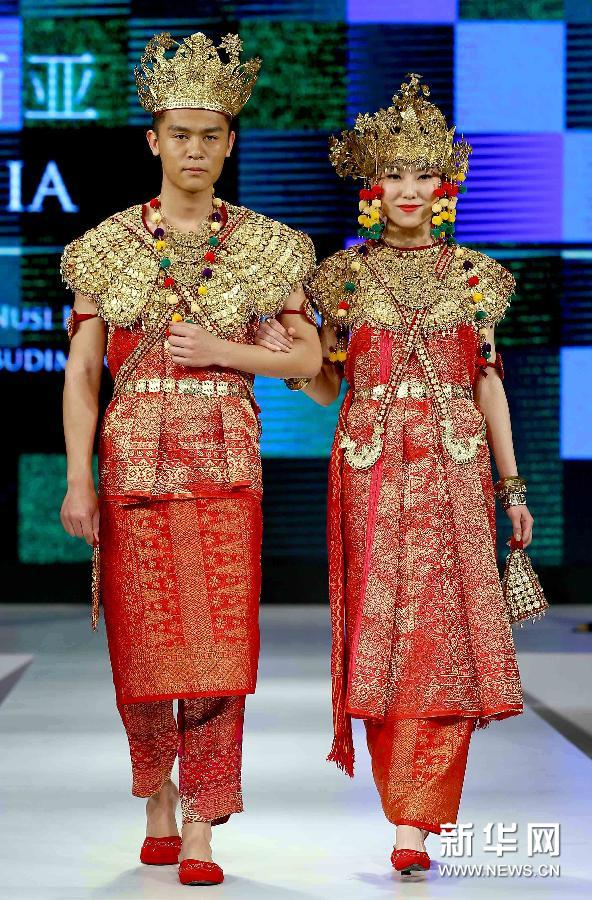 Clothing from Southeast Asian countries are being showcased alongside exquisite Chinese clothing at The Museum of Chinese Women and Children in Beijing.