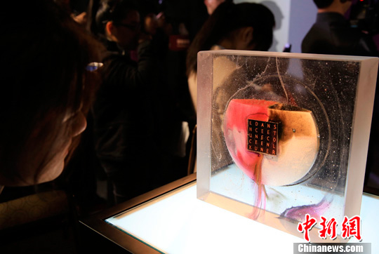 An exhibition of glass works by French artist Antoine Leperlier went on display in downtown Shanghai.