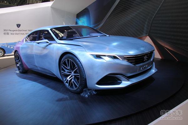 标致Exalt概念车是一款四门四座Coupe轿跑车,因此能够填补因停产多年的407Coupe车型所造成的标致汽车在GT轿跑车市场的空白。Exalt概念车的车头设计在很大程度上参考了于2012年巴黎车展发布标致Onyx概念车,该概念车也开始了现款标致车型的家族设计风格。