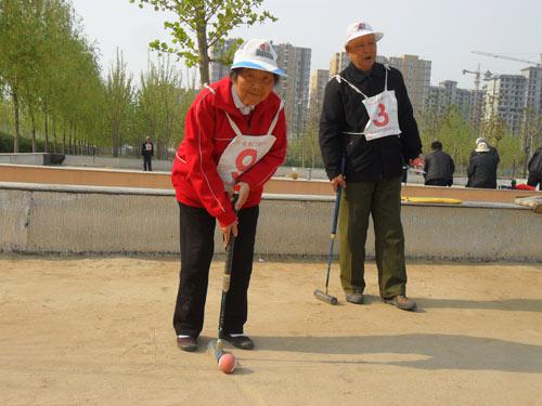 88岁的离休、老干部和85岁的妻子正在门球比赛的现场