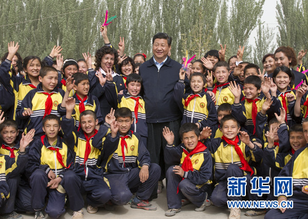 4月27日至30日,中共中央总书记、国家主席、中央军委主席习近平在新疆考察。这是4月28日上午,习近平在疏附县托克扎克镇中心小学同学生们合影。新华社记者 谢环驰 摄