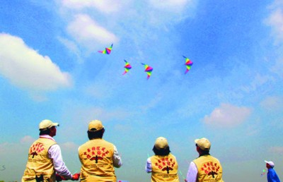 Hundreds of kite lovers have gathered at Hefei