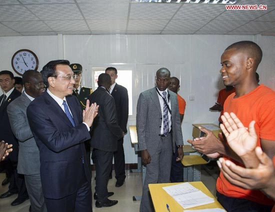 Chinese Premier Li Keqiang (L, front) talks with students of a vocational school, which is co-financed by the Chinese and Angolan sides, during his visit to the school in Luanda, Angola, May 8, 2014. (Xinhua/Wang Ye)