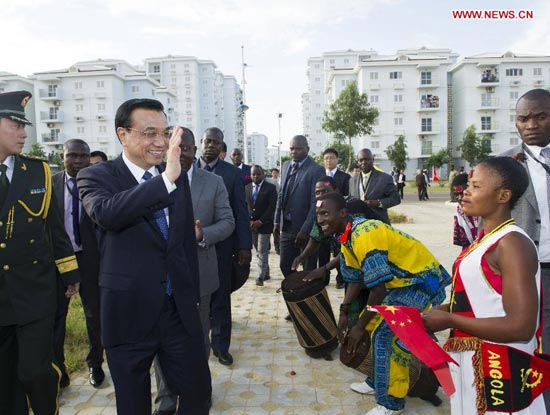 Chinese Premier Li Keqiang (2nd L, front) is welcomed by students of a vocational school, which is co-financed by the Chinese and Angolan sides, during his visit to the school in Luanda, Angola, May 8, 2014. (Xinhua/Wang Ye)