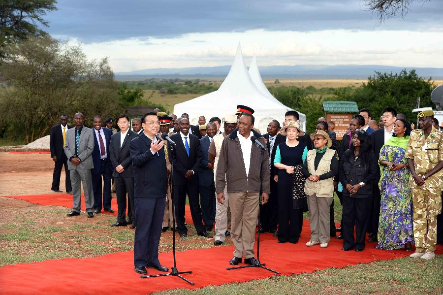 Chinese Premier Li Keqiang (L front) speaks after visiting the Ivory Burning Site Monument in Nairobi National Park with Kenyan President Uhuru Kenyatta (R front) in Nairobi, Kenya, May 10, 2014. (Xinhua/Li Tao