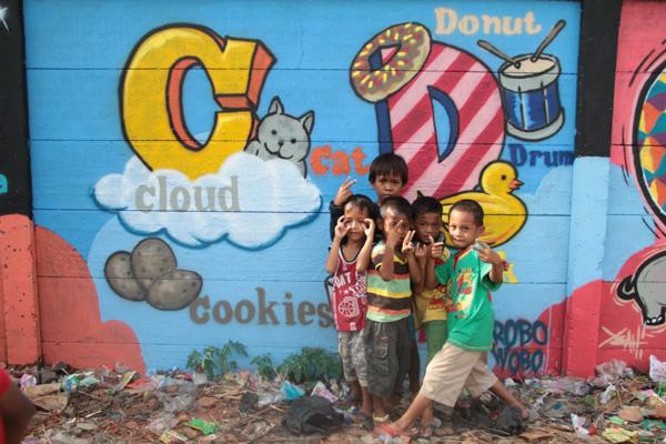 """Graffiteach"" uses graffiti to educate poor children on Jakarta"