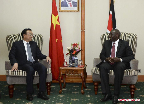 Chinese Premier Li Keqiang (L) meets with Kenyan Deputy President William Ruto in Nairobi, Kenya, May 11, 2014. (Xinhua/Li Xueren)