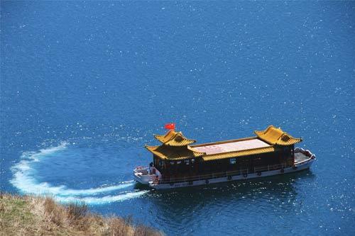 天山天池 起航的船