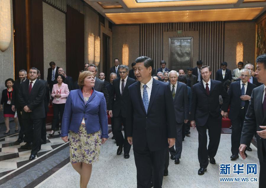 5月22日下午,中共中央总书记、国家主席、中央军委主席习近平在上海召开外国专家座谈会并发表重要讲话。这是习近平与出席会议的外国专家一起步入会场。 新华社记者 兰红光 摄