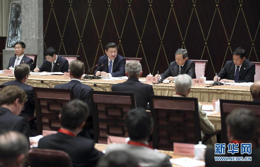 5月22日下午,中共中央总书记、国家主席、中央军委主席习近平在上海召开外国专家座谈会并发表重要讲话。这是习近平在听取外国专家发言后同专家们交流。 新华社记者 兰红光 摄