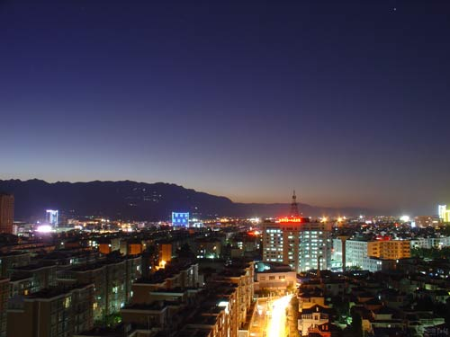 蒙自发展中的夜景