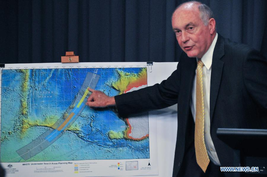 """Australian Deputy Prime Minister Warren Truss points the new search area for MH370 to reporters at a press conference at Australian Parliament House in Canberra, June 26, 2014. Australian Deputy Prime Minister Warren Truss said on Thursday that it is """"highly likely"""" the missing Malaysian airliner flew on autopilot until it ran out of fuel and crashed into the Indian Ocean. (Xinhua/Xu Haijing)"""
