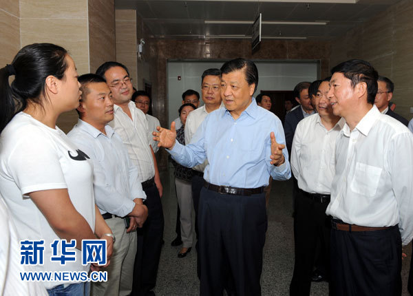这是7月18日,刘云山在青海省政府行政服务和公共资源交易中心调研。记者 饶爱民 摄