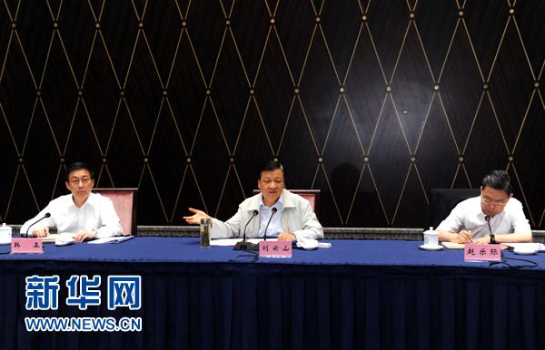 部分省区市教育实践活动工作座谈会近日先后在西宁、上海召开,中共中央政治局常委、中央党的群众路线教育实践活动领导小组组长刘云山出席并讲话。这是7月23日,刘云山出席上海座谈会并讲话。记者 饶爱民 摄