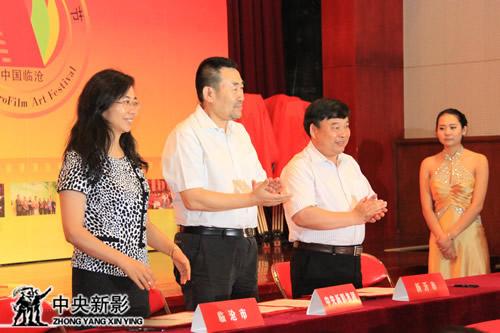 签署微电影合作协议书(左起:临沧市副市长刘颖,高峰副台长,江苏新沂市委常委、宣传部长张长征)