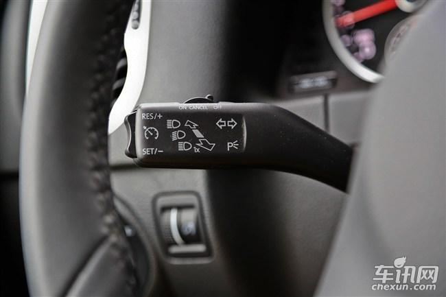在整个产品序列中,你大可以把途观蓝驱版车型看作是风尚版的加配车型,升级的主要配置是17寸轮毂、前排中央扶手、自启停能量回收系统、双区自动空调和定速巡航。   大众途观1.8TSI 自动两驱舒适版/1.8TSI 自动四驱舒适版   1.8TSI自动两驱风尚版与1.8TSI自动两驱舒适版之间的差价是2.