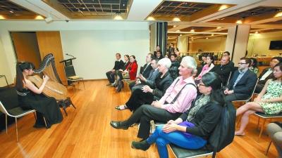 7月25日,应悉尼中国文化中心的邀请,正在悉尼参加第十二届世界竖琴大会的箜篌表演艺术家崔君芝带领她的6名学生,在文化中心举办了一场小型音乐鉴赏会。图为崔君芝的学生周桃桃演奏自创曲目《琳琅》。悉文 图