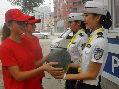 青年志愿者正在慰问冒高温执勤县公安局交警大队女协警