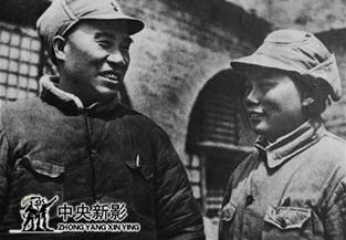 抗日战争时期,朱德、康克清在窑洞门前合影