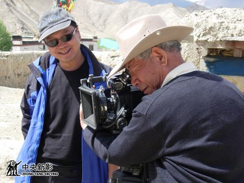 藏族摄影师扎西旺堆和副摄影安宝华拍摄帕拉庄园