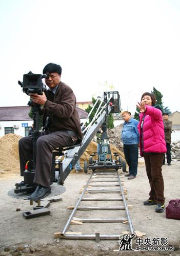 《情归周恩来》摄制组在江苏淮安周恩来故居门前拍摄