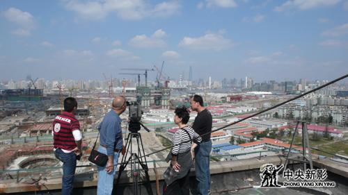 《城市之光》摄制组在世博会拍摄现场