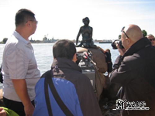 摄制组在丹麦拍摄美人鱼